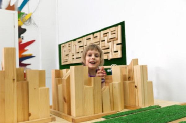 Девочка строит деревянный пазл