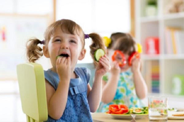 Счастливые дети едят овощи