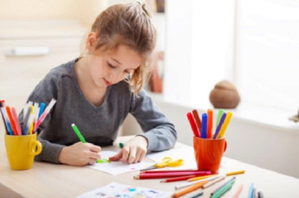 Девочка что-то рисует