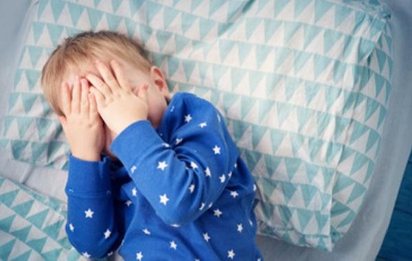 Ребенок прячет лицо ручками