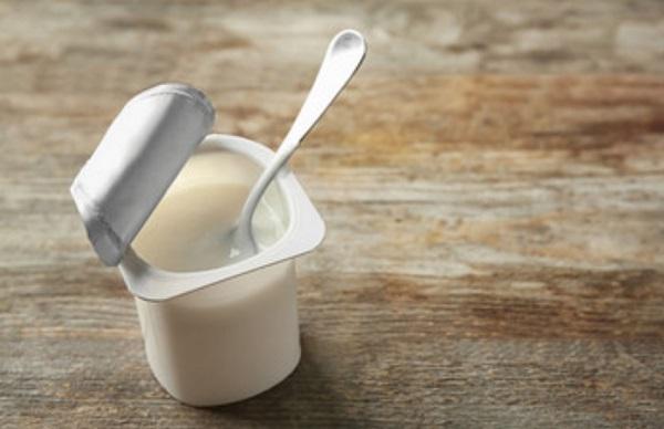 Открытый стаканчик с йогуртом