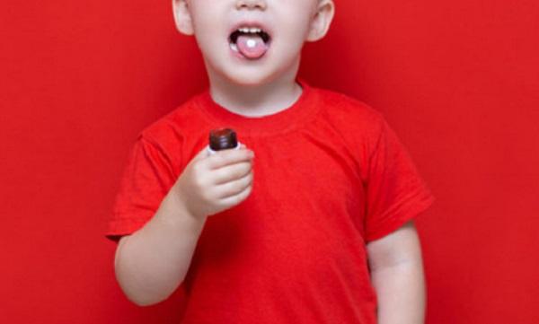 Ребенок с таблеткой на языке