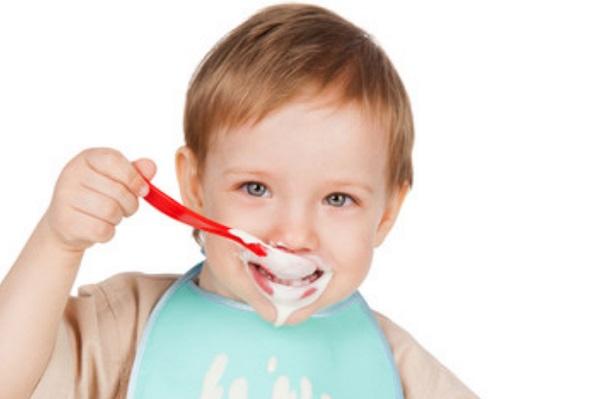 Ребенок ест сметану