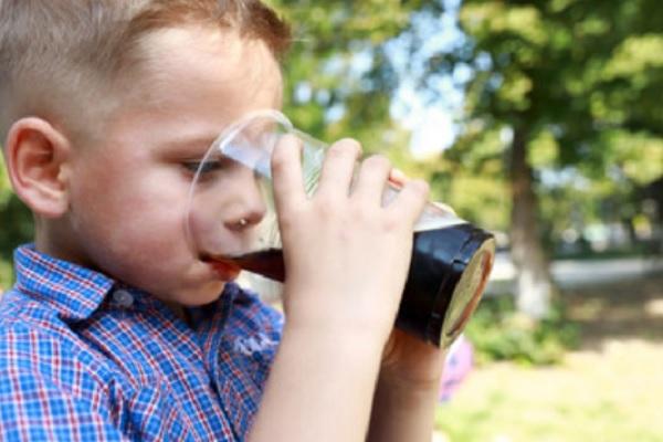 Мальчик пьет квас