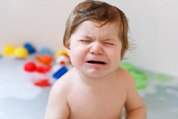 Ребенок в ванной. Он плачет