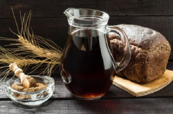 На столе кувшин с квасом, ржаной хлеб