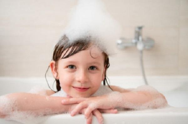 Девочка в ванне с пеной на голове