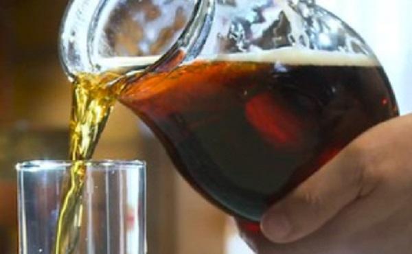 Квас наливают в стакан