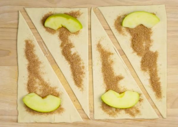 Добавление яблок на тесто
