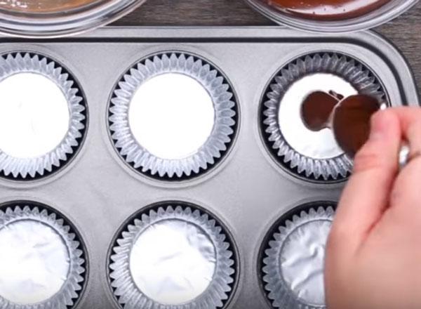 Внесение шоколада в форму