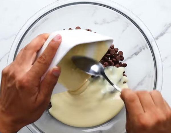 Смешивание шоколада и сгущенки