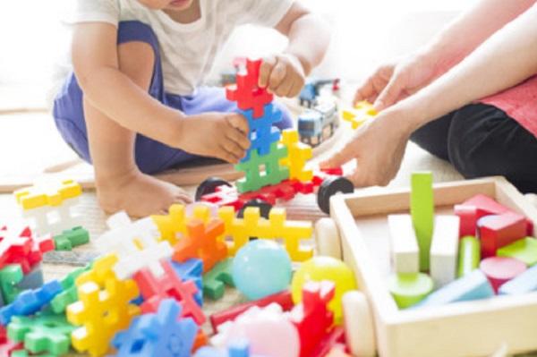 Малыш с мамой играют конструктором
