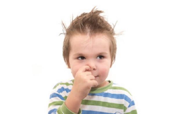 Мальчик ковыряет в носу