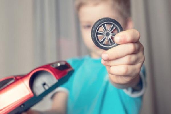 Мальчик отломал колесо от машины