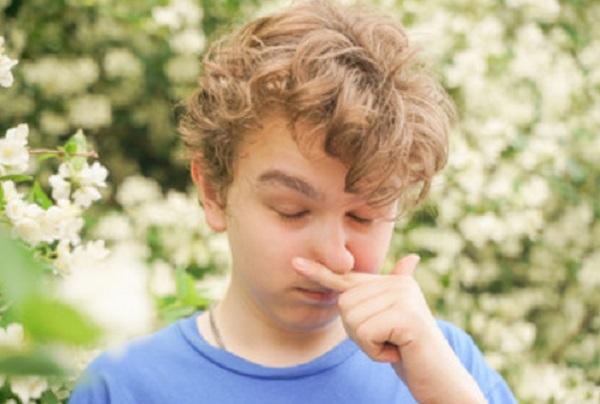 Мальчик чешет нос