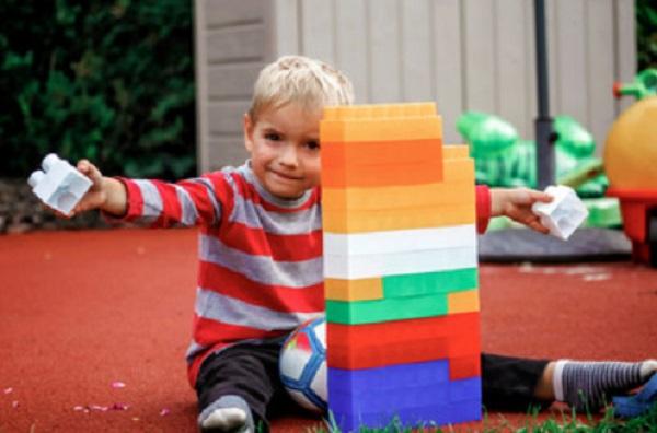 Ребенок построил башню из кубиков
