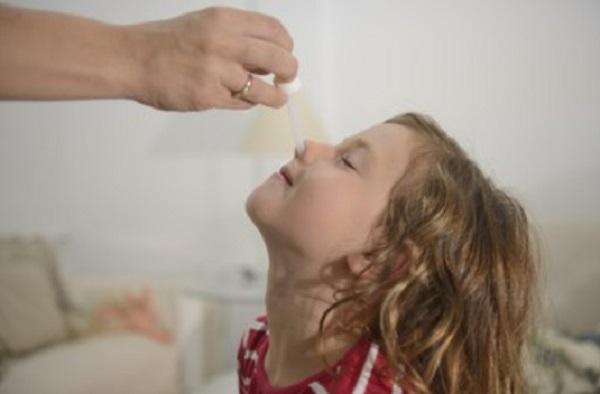 Девочке закапывают нос