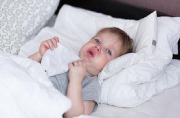 Мальчик лежит в пастели. У него сильный кашель