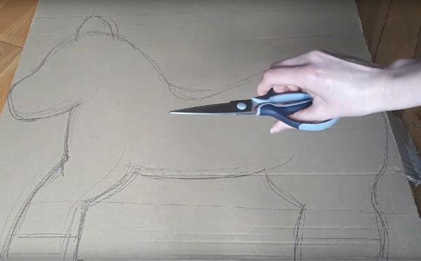 Ножницы на фоне силуэта