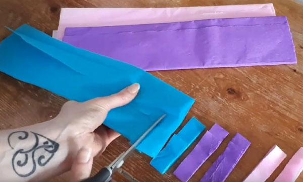 Нарезание гофрированной бумаги полосками