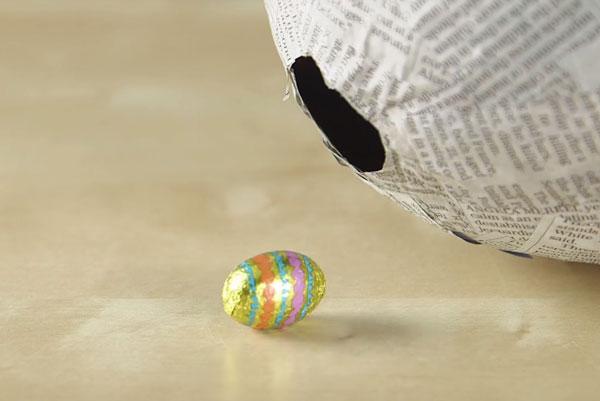 Шоколадное яйцо возле бумажного шарика