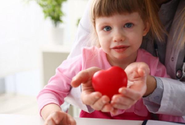 """Грустная девочка. Мама держит """"сердце"""" в руках"""