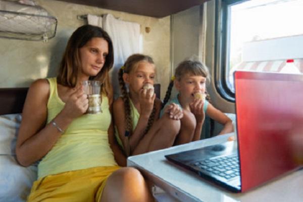 Семья в вагоне. Смотрят фильм на ноуте