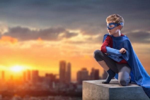 Мальчик в костюме супергероя