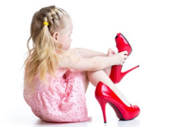 Девочка надевает мамины туфли