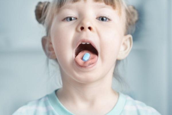 Девочка с таблеткой на языке
