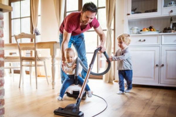 Два маленьких мальчика помогают папе пылесосить