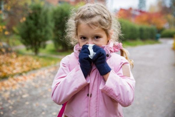 Девочка вытирает нос платочком