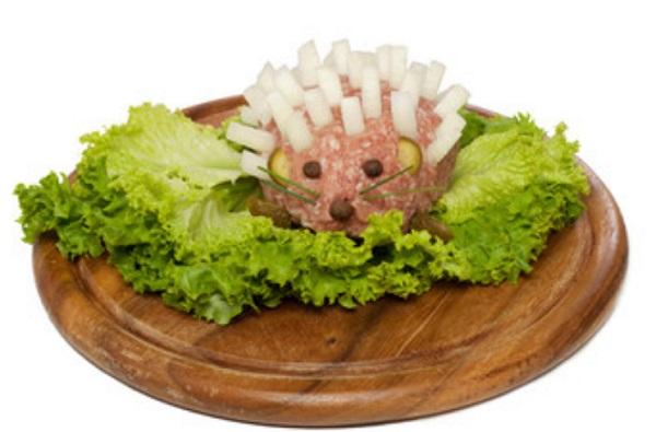 Сырой ежик на листке салата