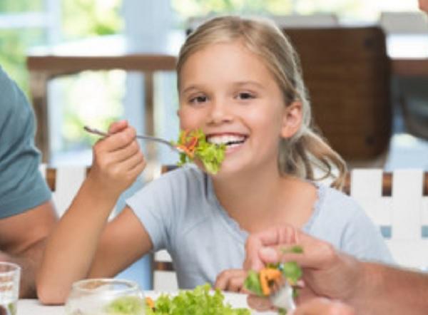Девочка ест салат
