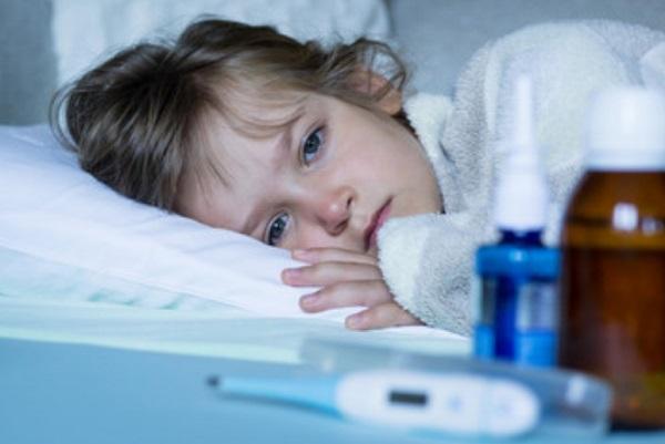 Больной ребенок лежит в постеле