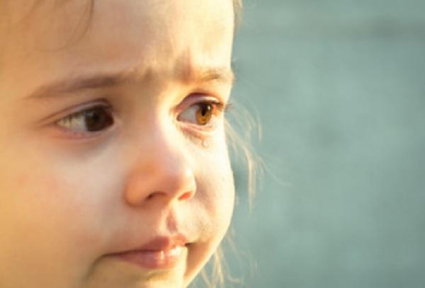 У девочки слеза бежит с одного глаза