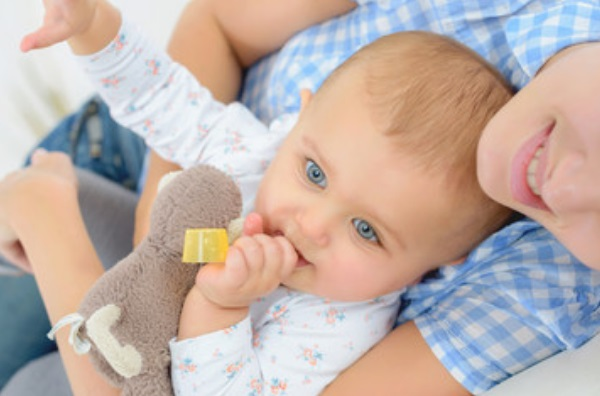 Ребенок держит ложечку от лекарства