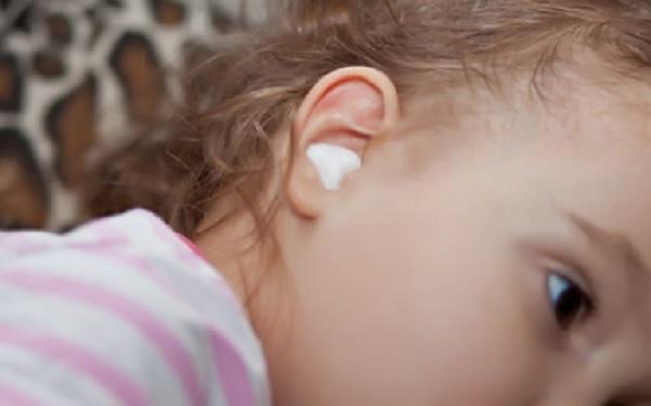 Девочке поставили ватный тампон в ухо