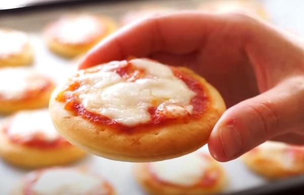 Мини-пицца с моцареллой