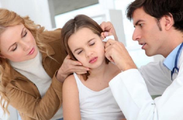 Врач осматривает ухо девочки