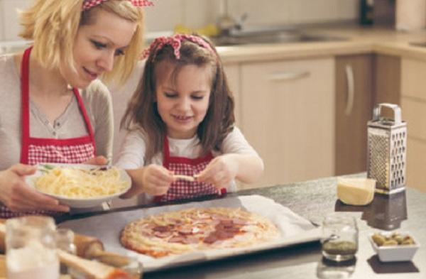 Мама с дочкой готовят пиццу