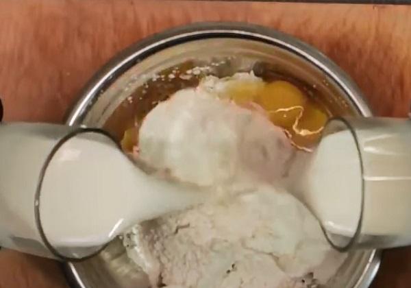 Добавление яиц и молока