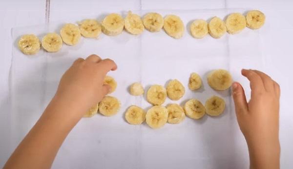 Выкладывание банана на пергаментный лист