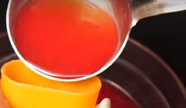 Наливание сока в формы
