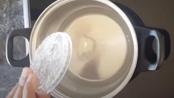 В воду насыпают желатин
