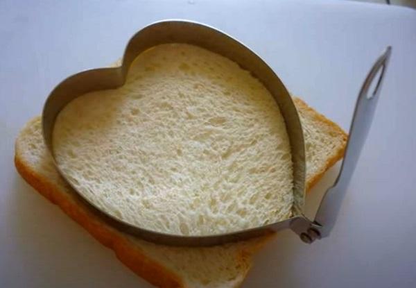 Вырезание сердца из хлеба