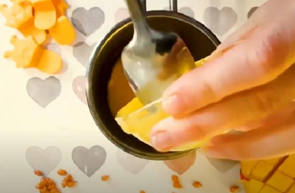 Выкладывание персикового пюре