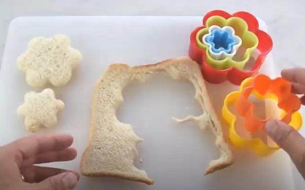 Вырезание цветочков из хлеба