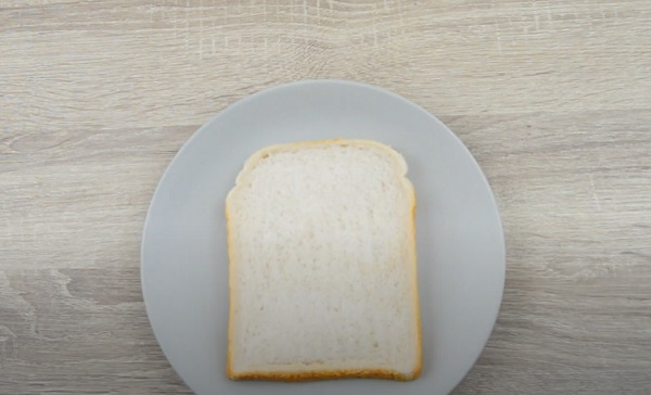 Кусок хлеба на тарелке