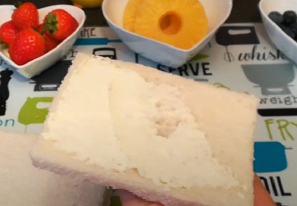 Кусочек хлеба намазывают мягким сыром